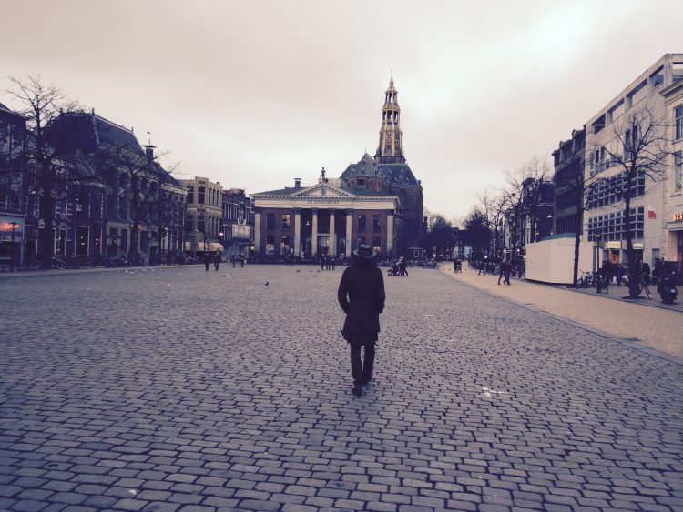 man_walking_vismarkt